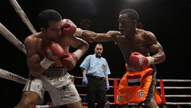 Innocent plaatst een voltreffer op het hoofd van Sergio Palomo; de scheidsrechter staakte de strijd in Carré na drie ronden. Foto ANP Beeld
