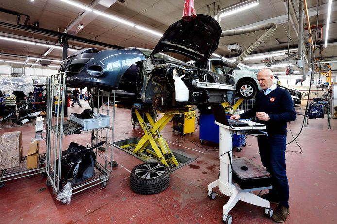 Wim Kempenaars is vestigingsmanager bij autoschadebedrijf Hoppenbrouwers. Hier merken ze een duidelijke afname van het schadeherstelwerk.