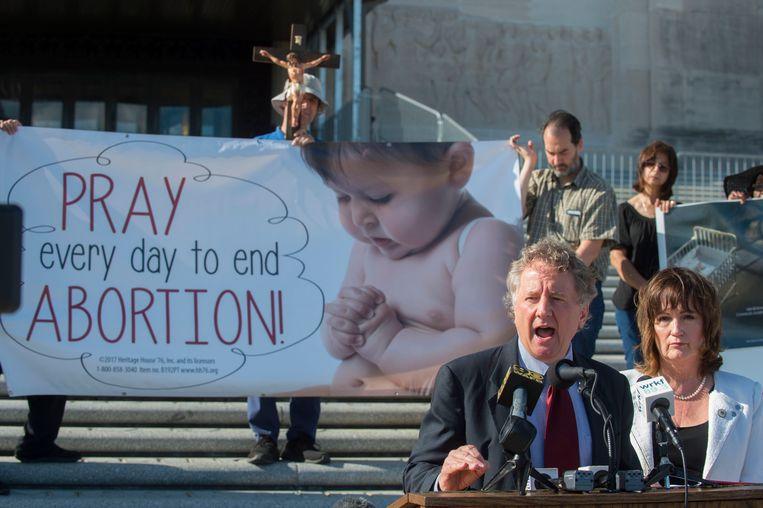 De Democratische senator John Milkovich (links) en zijn Republikeinse collega Valarie Hodges spreken op een anti-abortusbijeenkomst bij het parlementsgebouw van de staat Louisiana in Baton Rouge. De anti-abortuswet in Louisiana werd ingediend door Hodges en gesteund door Milkovich. Beeld AP