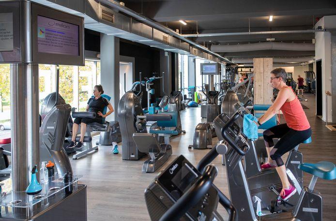 Sporten werken zich coronaproof in het zweet in sportschool My Life in Wageningen.