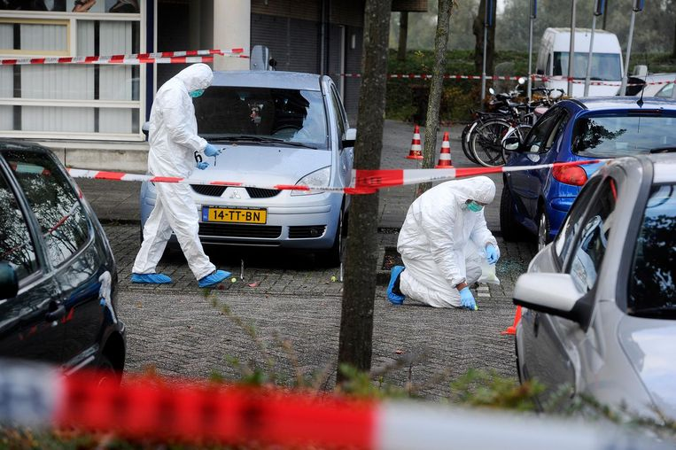 Politie doet onderzoek in de omgeving waar een man gewond is geraakt toen hij onder vuur werd genomen. Beeld anp