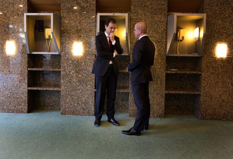 Intern overleg in de wandelgangen: vicepremier Asscher met PvdA-leider Samsom. Beeld null