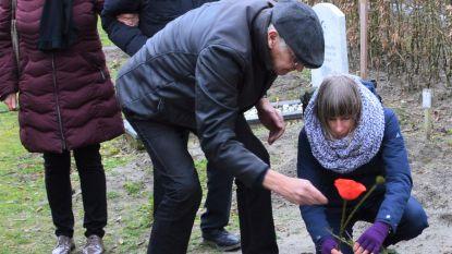 Vredesactie legt symbolische steen op graf van overleden Kanaalzwemmer