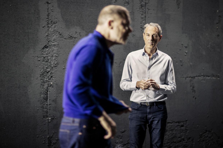 Regisseur Ivo van Hove (rechts) en acteur Hans Kesting tijdens de repetitie van 'Wie heeft mijn vader vermoord'. FOTO Jan Versweyveld