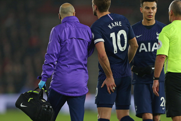 Harry Kane grijpt naar zijn linker-hamstring tijdens het duel met Southampton.