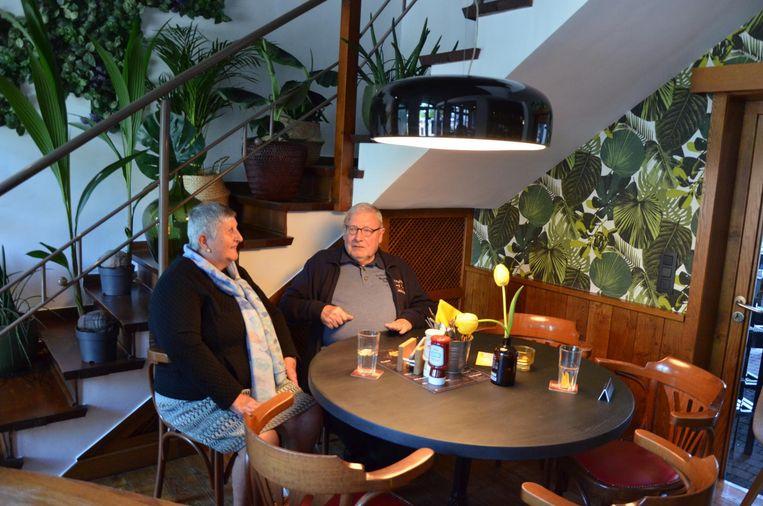 Nadya en Pierre zijn tevreden dat hun Cultuurcafé weer open is.