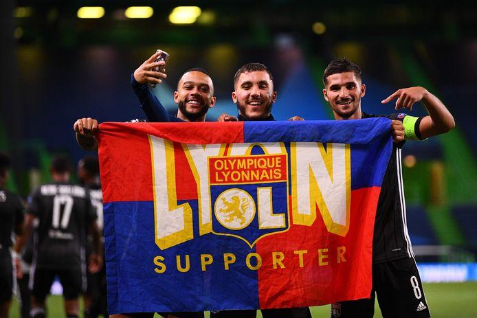 Memphis Depay (links) is met enkele ploeggenoten in de zevende hemel na de stunt tegen Manchester City.
