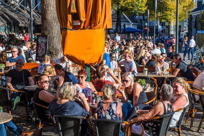 Volle terrassen op de Oude Markt in Enschede. Dit weekend weer?