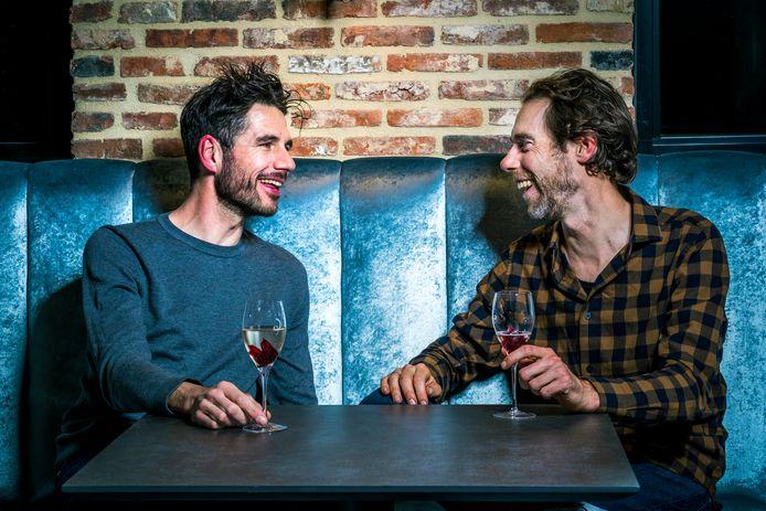 Roy Curvers (links) en Laurens ten Dam (rechts) geamuseerd in gesprek.
