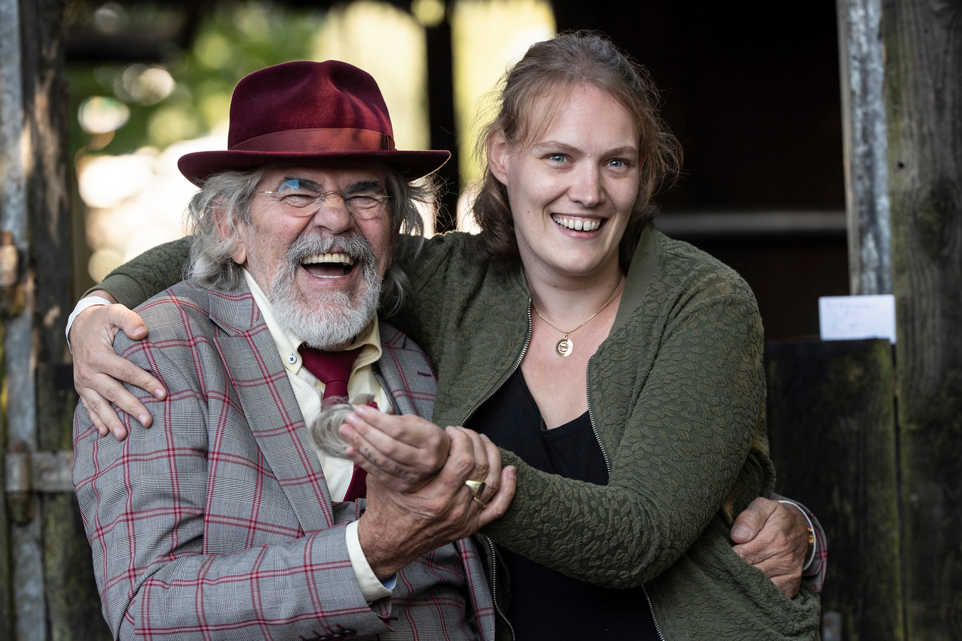 Ben Jolink en Marga van Eek met de haarlok.