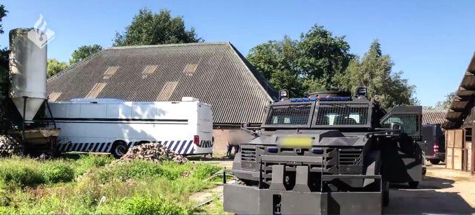 In augustus viel de politie met groot materieel de manege binnen.