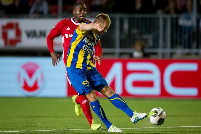 Istvan Bakx zet de stand op 0-1 voor FC Oss.