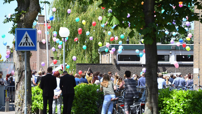 Na afloop van de herdenkingsdienst worden gekleurde ballonnen losgelaten.