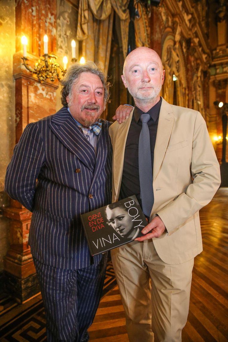Luk De Bruyker en Eric Bauwens met het boek over Vina Bovy.