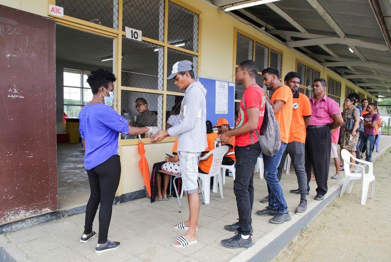 Lange rijen bij een stembureau in Paramaribo Beeld REUTERS