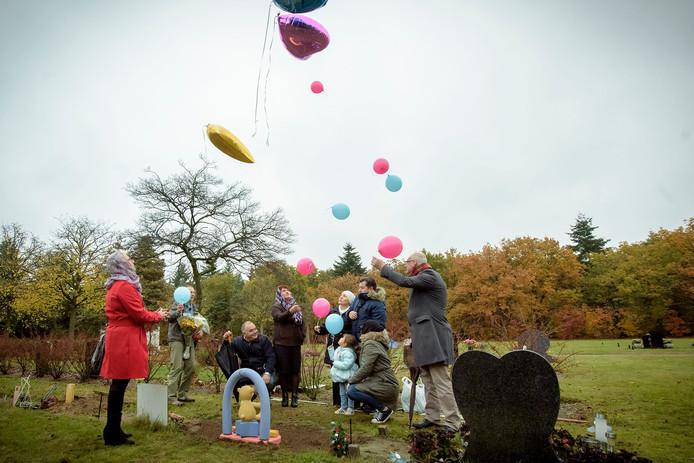 Als laatste groet aan de overleden kindjes lieten Meral, Resul en Lina Arslan en de andere aanwezigen ballonnen los.
