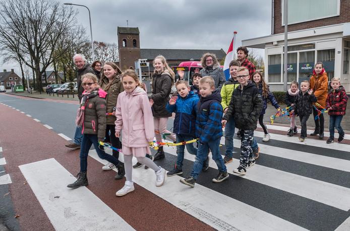 Leerlingen van basisschool Breedeweg openen de nieuwe oversteekplaats (vlakbij het Kerkplein op de Bredeweg) in hun dorp.