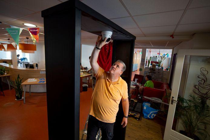 Marc Hogenberg legt de laatste hand aan het camerasysteem in 't Schuttenvaer in Almelo.