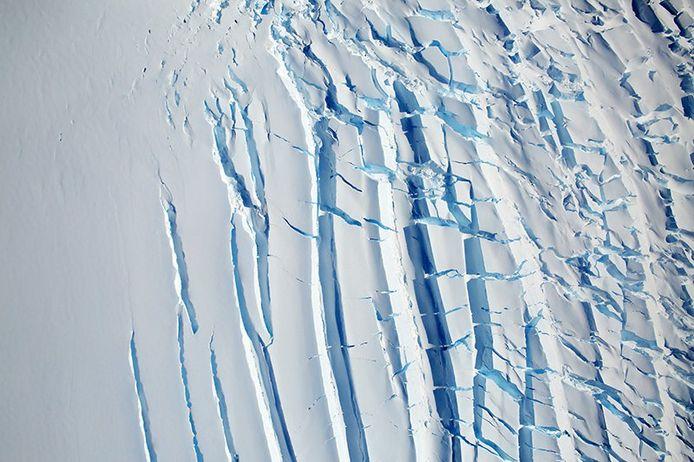 Een gletsjer met duidelijke barsten ten noorden van Creswick Peaks.