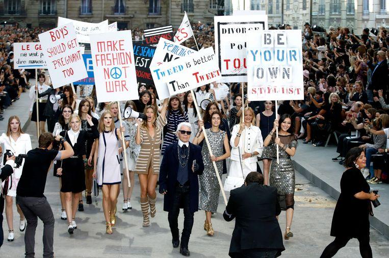 Chanel lente-zomercollectie 2015 met modellen die strijden voor vrouwenrechten.