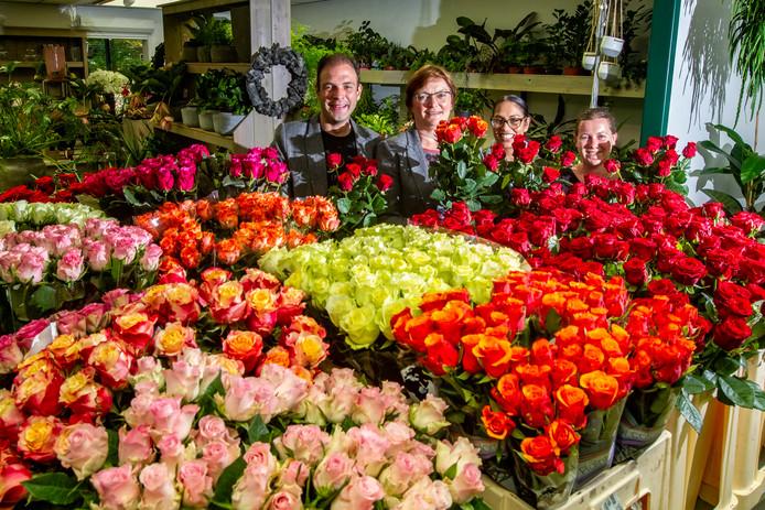 Frederie (tweede van links) tussen haar collega's Kasper, Saskia en Mariet. Alle rozen worden ontdaan van het onderste blad en de doornen, voordat ze naar de eindexamenklanten gaan.
