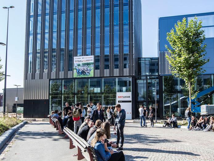 Studenten en docenten van creatieve school SintLucas voor de nieuwbouw op Strijp-S.