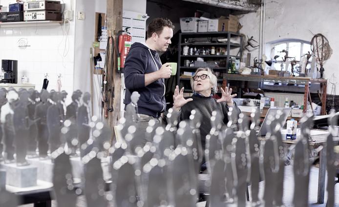 Kunstenaars Ruben van de Ven links en Léon Vermunt in hun atelier. Foto gemeente Roosendaal.