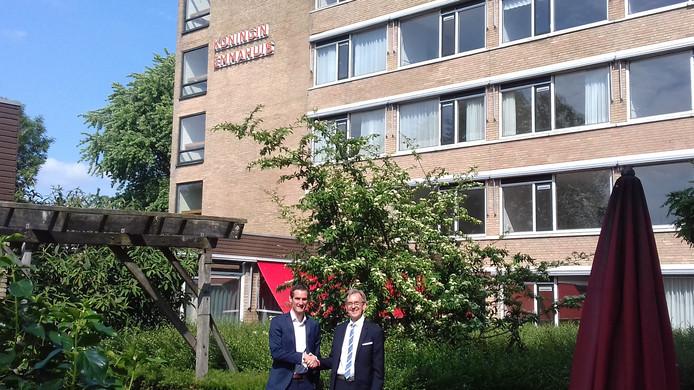 Tom Huijben, assetmanager Woonzorg Nederland (l) en Kees Schetters, bestuurder Huis ter Leede, voor het oude Emmahuis in Leerdam.