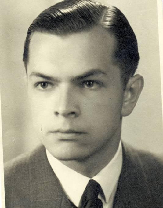 Gustaaf Henri (Han) Gelder: een Indische jongeman met scherpzinnige blik, het haar strak in de brillantine en in een pak met das