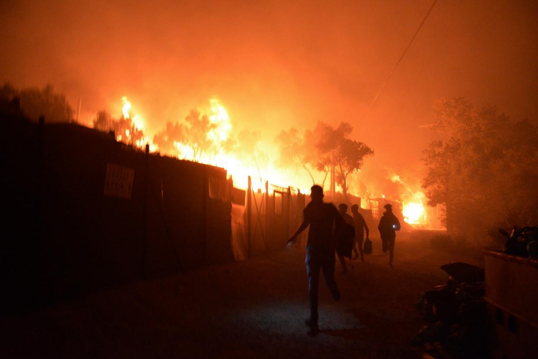 Serie branden in kamp Moria: 'Een exodus aan mensen die de vlammenzee  ontvluchtten' | De Volkskrant