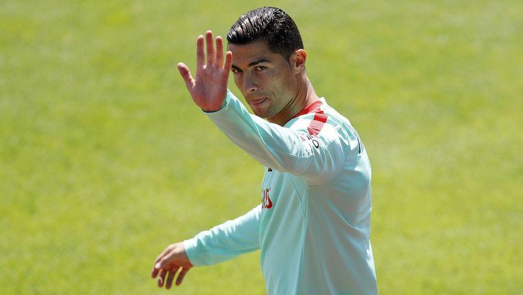 Ronaldo zwaait naar toeschouwers op de training. Beeld reuters