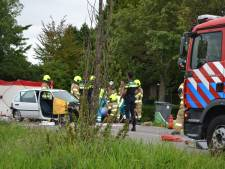 Automobiliste zwaargewond naar ziekenhuis na frontale botsing op Krakkedel bij Doornenburg