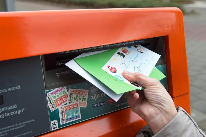 Iemand doet brieven op de post