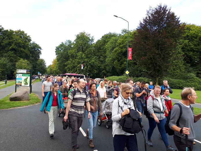 De 73ste Airborne wandeltocht is van start gegaan in Oosterbeek.