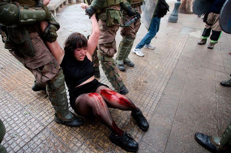 De politie arresteert een demonstrant tijdens de protesten in Chili.