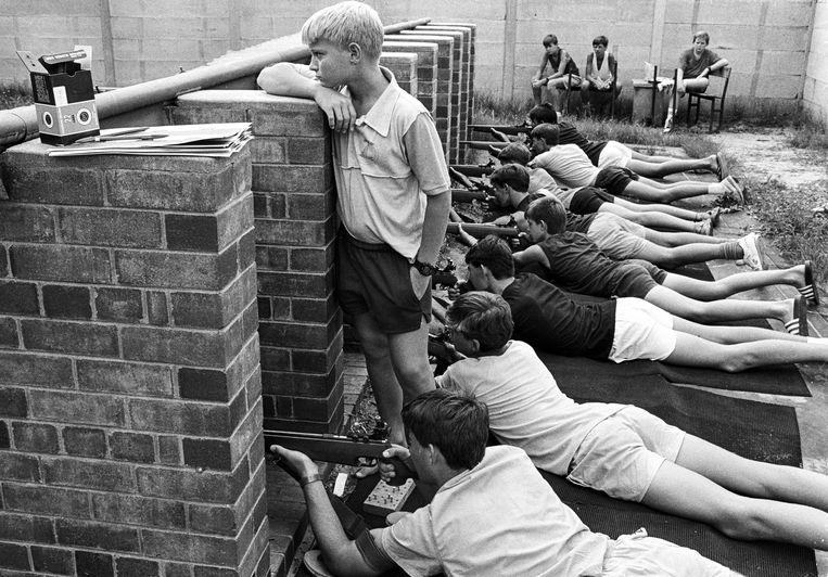 Jongens krijgen schietles in de jaren 90, in Zuid-Afrika. Beeld Ad van Denderen