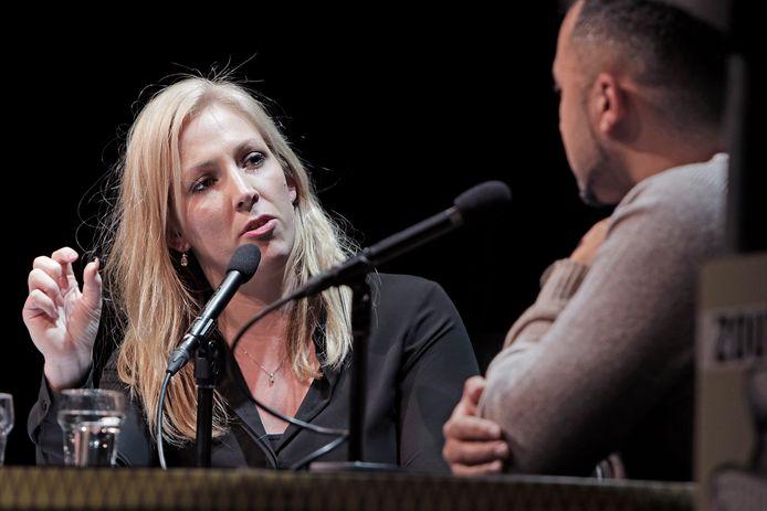 Lilian Marijnissen in 2018 als gast-interviewer bij politiek café Zout in gesprek met Özcan Akyol.