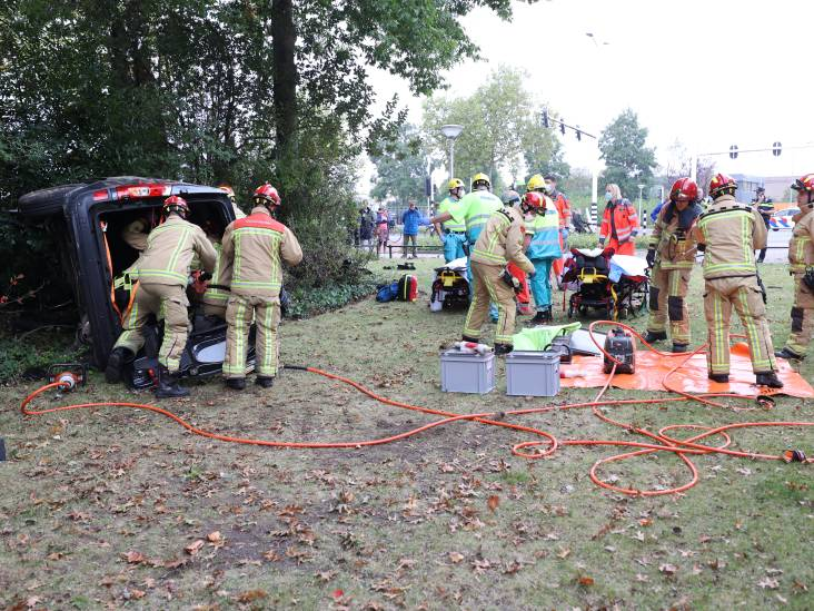 Bestelbus botst tegen boom in Eindhoven, twee inzittenden gewond