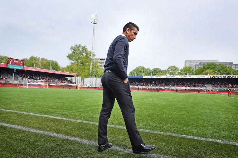 Een sombere Giovanni van Bronckhorst staat op het punt het veld van Woudesteijn te verlaten na het laatste fluitsignaal. Zijn ploeg verliest met 3-0, en moet met deze uitslag nog een week wachten op het zo verlangde Kampioenschap. Beeld Foto: Guus Dubbelman / de Volkskrant