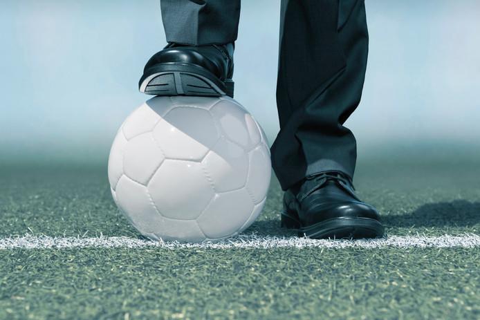Minstens drie spelers van thuisploeg SV Someren 14 werden op 19 mei geschopt en geslagen door HVV'ers.
