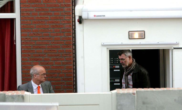 Bugemeester Harry de Vries (links) van de gemeente Lingewaard bij de woning van de 38-jarige Karst T. in Huissen. Foto ANP Beeld