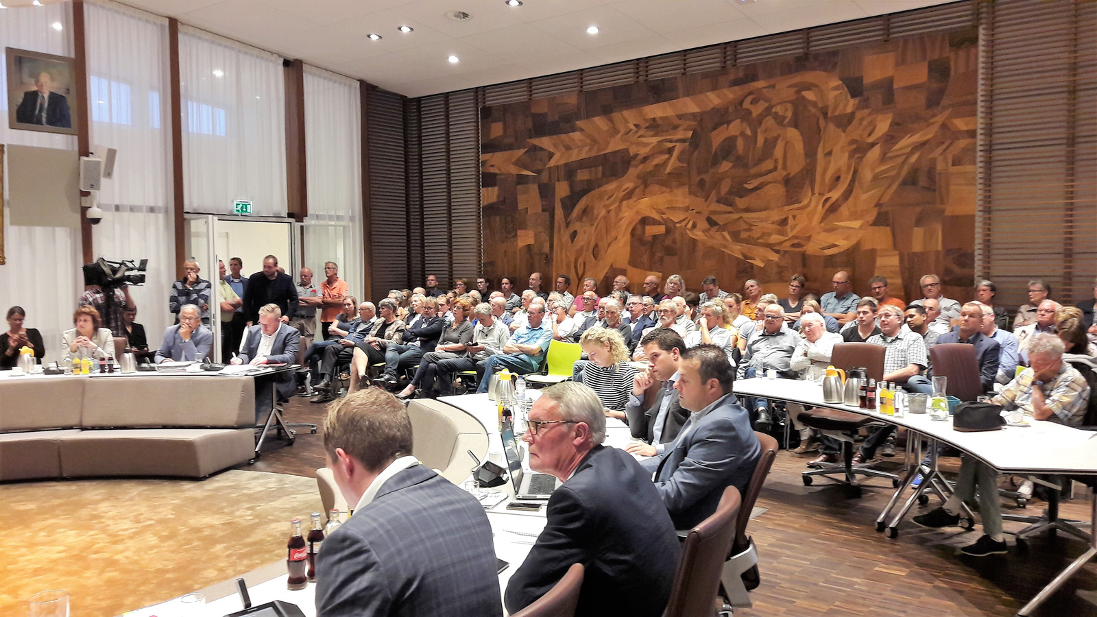 De publieke tribune in de Kaatsheuvelse raadzaal was donderdagavond veel te klein voor iedereen die het Efteling-debat wilde volgen.