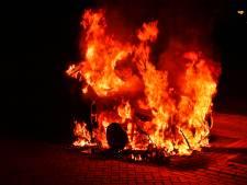 Auto brandt volledig uit in Valkenswaard: politie onderzoekt brandstichting