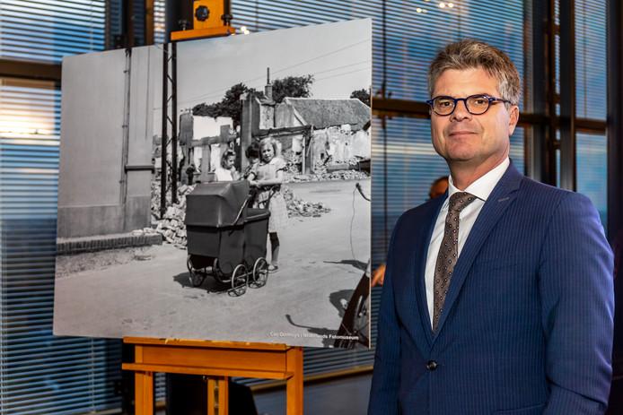 Commissaris van de Koning Hans Oosters bij de door hem gekozen foto.