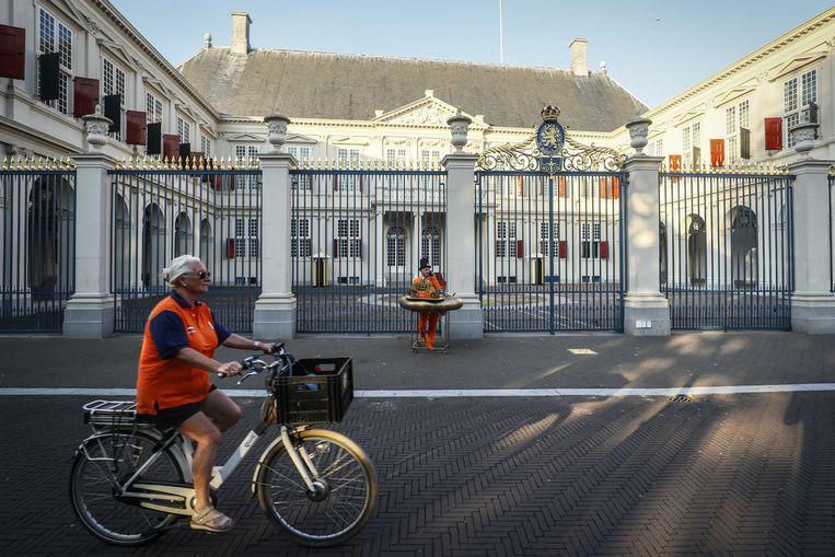 Oranjefan Johan Vlemmix met een miniatuur Gouden Koets bij paleis Noordeinde op Prinsjesdag. Veel van de ceremoniële onderdelen gaan niet door. Beeld ANP