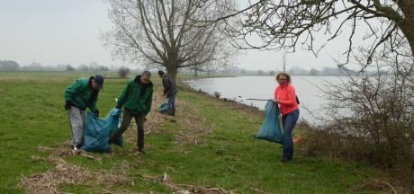 Steeds rommeliger langs de Lek: vrijwilligers ruimen zwerfvuil op langs de oever