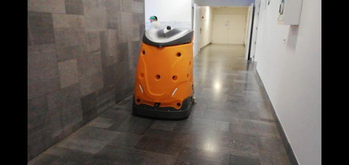 De robot poetst de gangen van het AZ Groeninge.