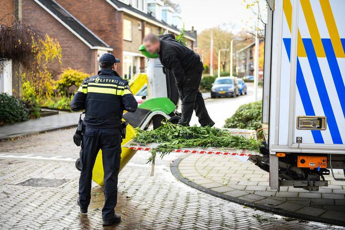 De politie bezig aan de Javastraat in Alphen
