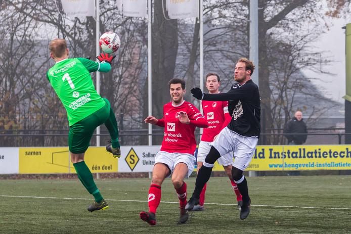 Mathijs Warnar (rechts) maakt de 1-0 voor Neede in de derby tegen Reünie. Het bleek de enige goal.