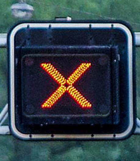 Vrachtwagenchauffeur negeert rood kruis